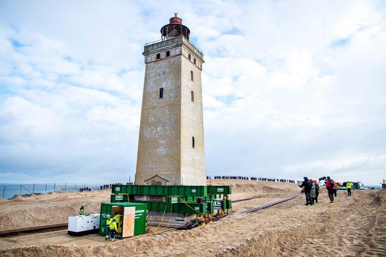 De vuurtoren staat er al sinds 1900 en geldt als een bezienswaardigheid. Maar de Rubjerg Knude Fyr, in het noorden van Jutland, wordt bedreigd door erosie van de kust. Daarom is hij op rails gezet om hem tachtig meter te laten opschuiven.  Beeld Hollandse Hoogte / EPA