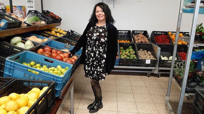 Tresi Barros van Isaak & de Schittering, een stichting met drie voedselwinkels in Rotterdam. Eén op de noordoever en twee op Zuid. Hier staat ze in de winkel aan de Vinkenbaan 73.