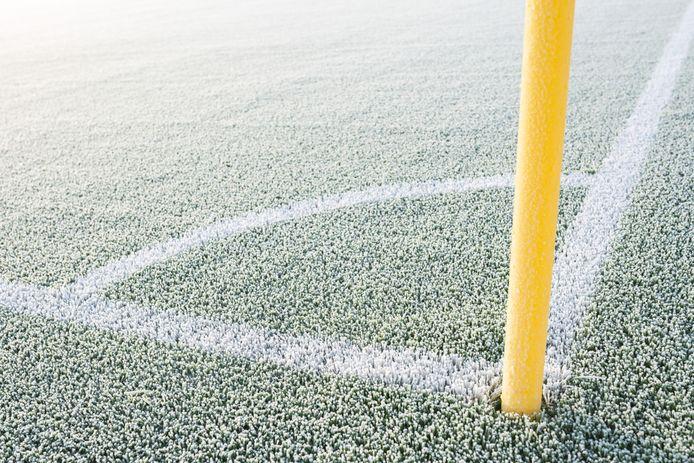 Grote kans dat de voetbalvelden er met de kou van dit weekend zo bijliggen.