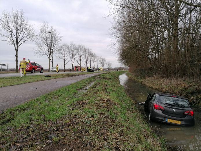 Twee betrokken auto's, 1 in sloot ander tegen lantaarnpaal, 2 gewonden.Liemersweg Wehl