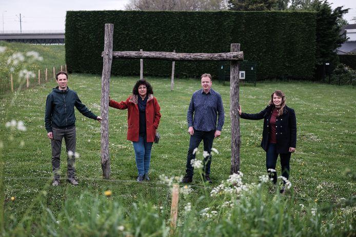 Actieve Mosterdhof-bewoners Wout Westerhof, Jacqueline Feenstra, Marten Jan Vonk en Inge Steijn (vlnr) op het voetbalveldje waar onlangs een haag om geplaatst is.