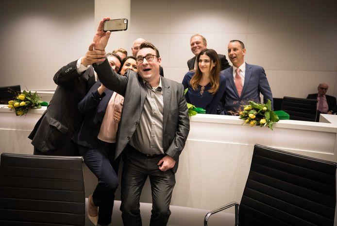 Richard de Mos van Groep de Mos maakt een selfie met zijn fractieleden voor de installatie van de Haagse gemeenteraad.