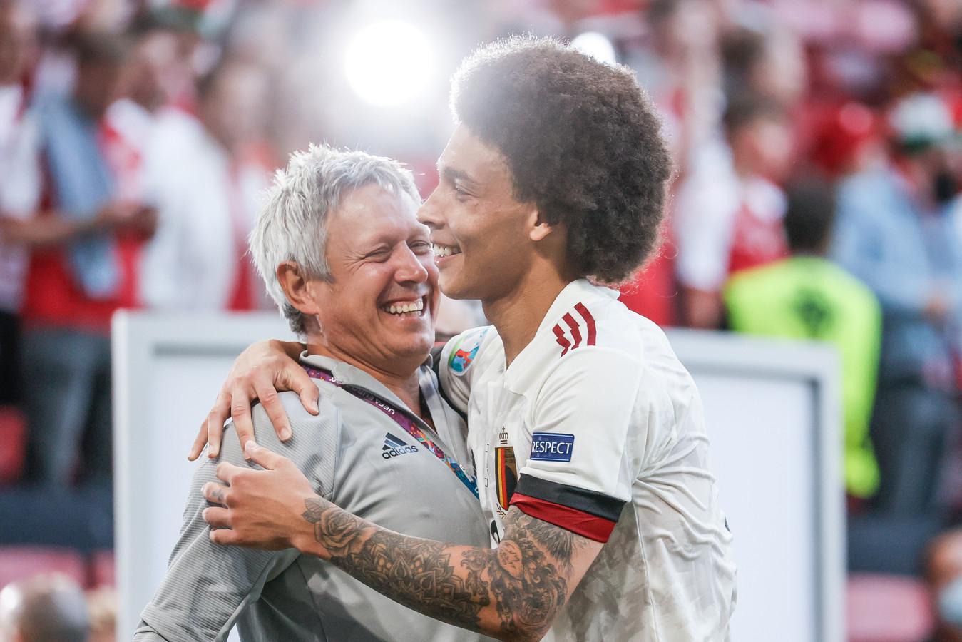 Axel Witsel viel na de wedstrijd tegen Denemarken in de armen van Lieven Maesschalck.