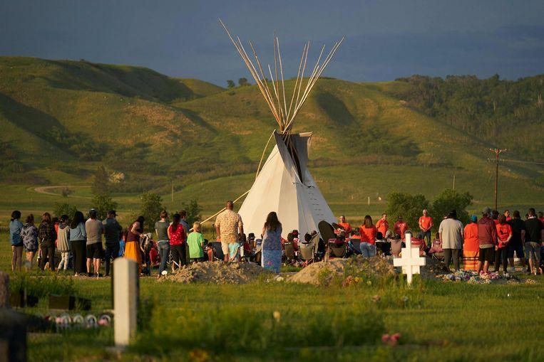Een wake voor  de slachtoffers op de plek waar een massagraf werd gevonden, een oud schoolterrein in Marieval, Saskatchewan.  Beeld AFP