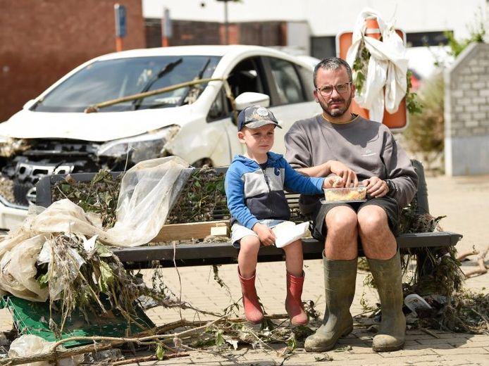 Een Belgische vader en zoon tussen de ravage die het water veroorzaakte.
