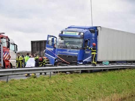 A58 bij Tilburg richting Breda tot 19.00 uur deels dicht: truck schiet door berm en knalt op auto