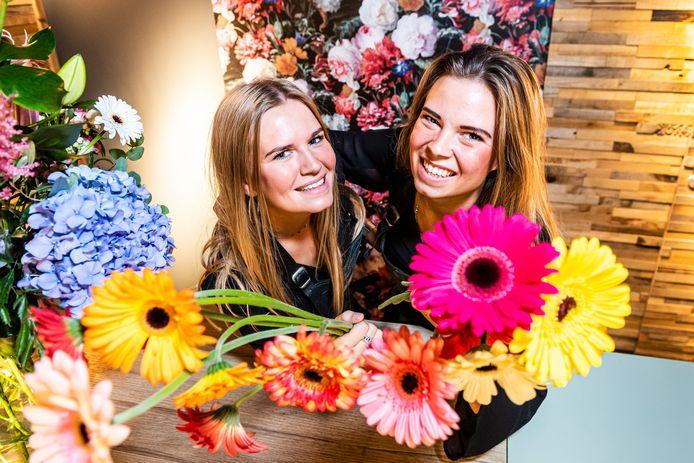Zusjes Katja Lemkes (links) en Steffy Molenaar-Lemkes openen 15 september hun nieuwe bloemenzaak in de Van Mandersloostraat in Alphen.