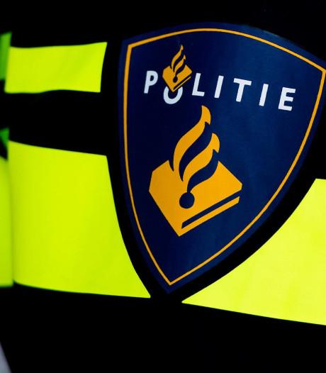 Vandalen in Bergen op Zoom blokkeren politie die met spoed naar reanimatie moet met putdeksels