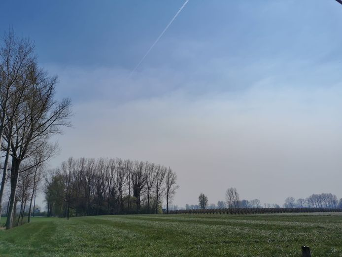 De rookpluim trok onder meer over Kruibeke.