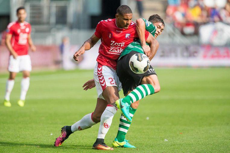 FC Utrecht speler Richairo Zivkovic in duel met Sparta speler Rick van Drongelen. Beeld anp