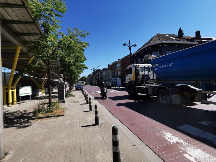 Een vrachtwagen rijdt op de Stationsstraat in Lot langs het station. Dat zal in de toekomst niet meer mogen. Maar Groen is kritisch over de plannen van het gemeentebestuur.