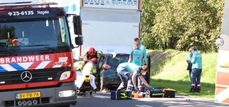 Heftig ongeluk bij Nagele: automobilist zit klem onder een vrachtwagen