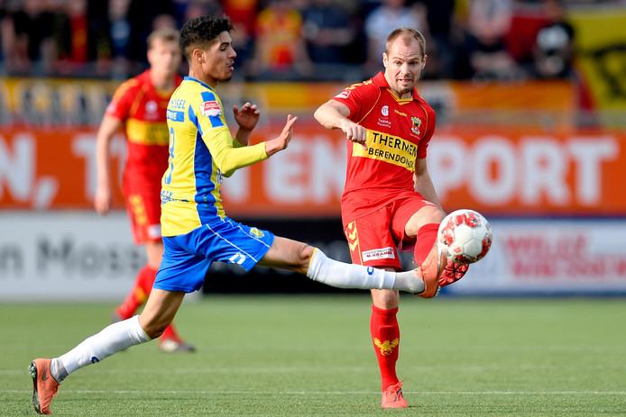 Istvan Bakx (rechts) namens Go Ahead Eagles in actie tegen RKC Waalwijk.