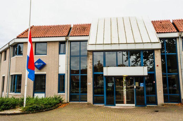 Vlag halfstok op het politiebureau aan de Aalsterweg in Eindhoven vanwege de omgekomen politieagent in Nuenen.