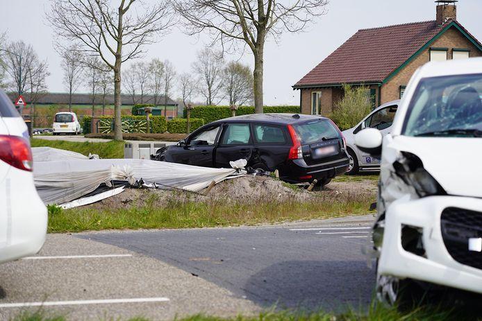 Auto belandt in aspergeveld in Rijen bij botsing.