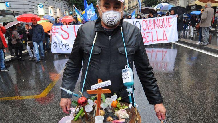 Italianen protesteren tegen de illegale afvaldump in en om Napels. Beeld anp