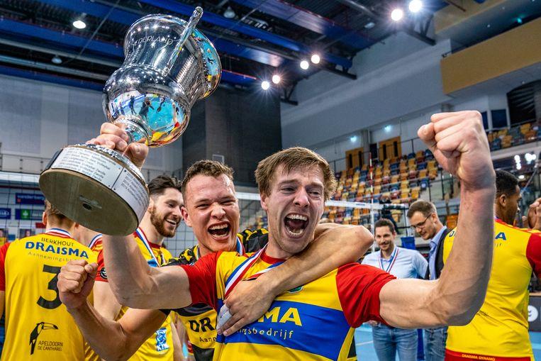 Dynamo-spelers Nico Manenschijn en Jeffrey Klok vieren het kampioenschap. Beeld Hollandse Hoogte / Ronald Hoogendoorn