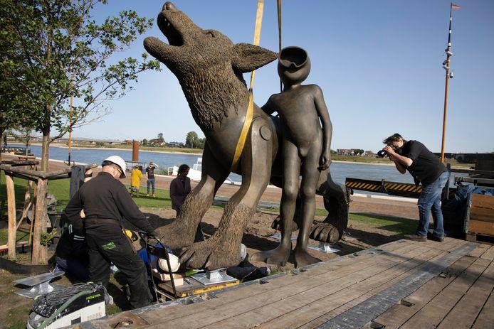 De Waterwolf is donderdagochtend op z'n plek gezet op de Waalkade in Nijmegen.