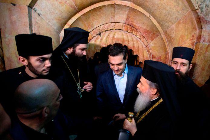 De Griekse premier Alexis Tsipras (midden) en de Grieks-orthodoxe patriarch van Jeruzalem Theophilos III (rechts naast hem) tijdens de ceremonie.