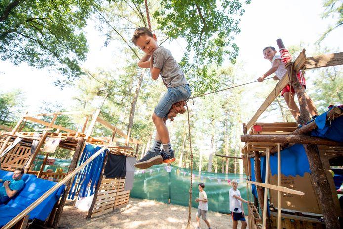 Jonge kinderen kunnen zich dit jaar in de vakantie weer uitleven in het houtdorp.