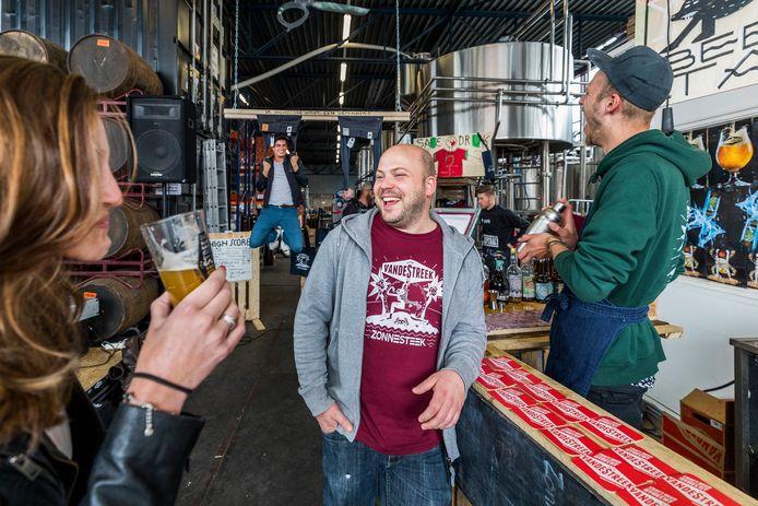 Foto gemaakt tijdens het 5- jarig jubileum Utrechtse brouwerij Van de Streek-bier. In het midden eigenaar Ronald van de Streek.