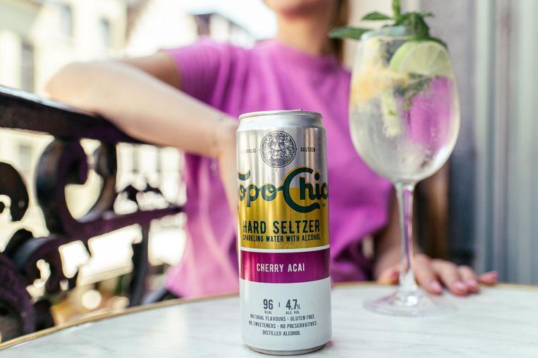 'Het alcoholgehalte van een hard seltzer is 4 à 5 procent, vergelijkbaar met een pilsje dus', zegt Michaël Sels, hoofddiëtist in het UZA en auteur van 'Lekker lang leven'.  Beeld Tine Schoemaker