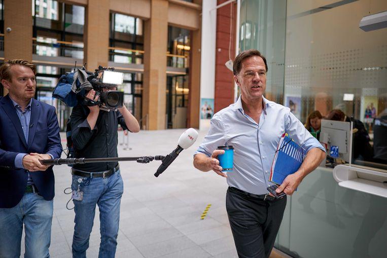 Premier Mark Rutte (VVD) staat de pers te woord in de hal bij het ministerie van Sociale Zaken en Werkgelegenheid voor aanvang van het coalitieoverleg. Beeld ANP