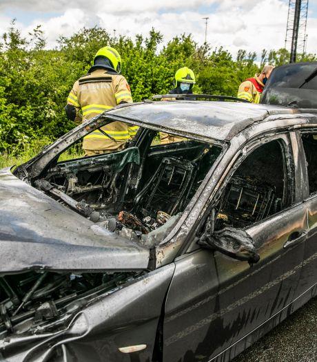 Auto vliegt tijdens rijden in brand bij Doesburg, voertuig bijna helemaal verloren