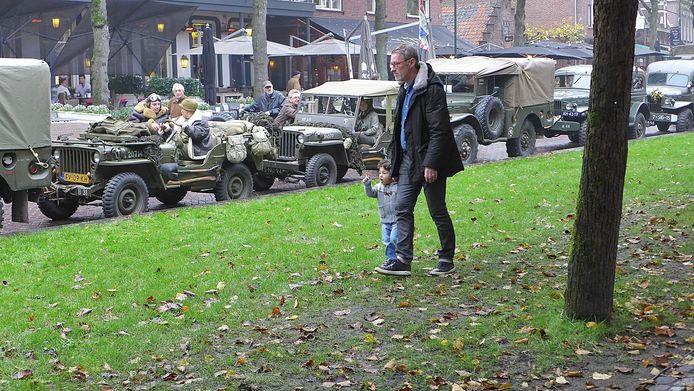 Leden van Keep Them Rolling stonden met hun oude legervoertuigen vanochtend op De Lind in Oisterwijk en trokken daar veel bekijks, van jong en oud.
