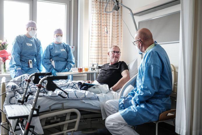 """André Lammers uit Aalten is na twee dagen op de covid-afdeling van het Streekziekenhuis Koningin Beatrix in Winterswijk al weer aardig opgeknapt: ,,Ik was doodziek"""""""