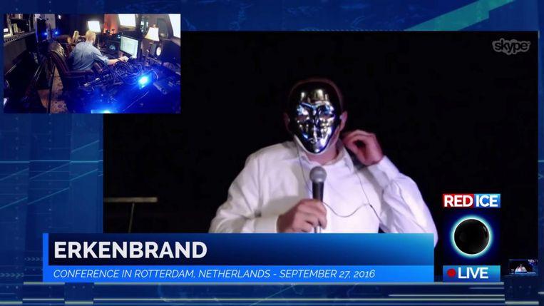Een (gemaskerde) spreker namens Erkenbrand, uitgezonden op Red Ice. Beeld .