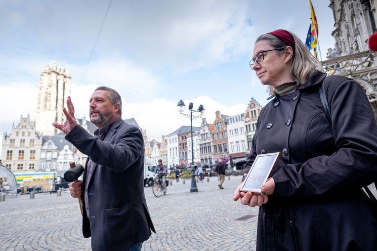 MECHELEN PVDA houdt een protestactie bij het stadhuis. Een veilingmeester veilt er symbolisch de bewoners van de betreffende huizen voor de laagst mogelijke prijs.