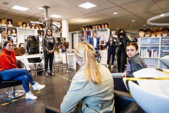 Een bezoek van onderwijsminister Ingrid van Engelshoven aan een ROC in Den Haag.