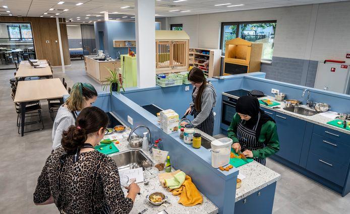 Commanderij College locatie Doregraaf heeft zijn nieuwe paviljoen Zorg en Welzijn geopend voor leerlingen.