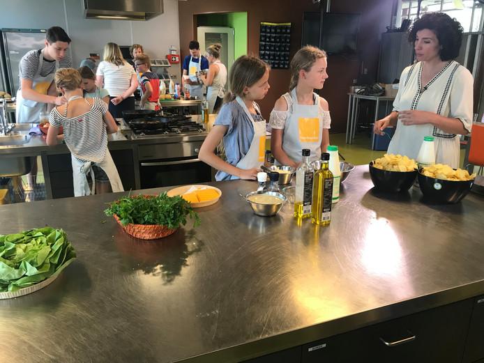 Wierdense leerlingen bakken vegaburgers met Nadia Zerouali