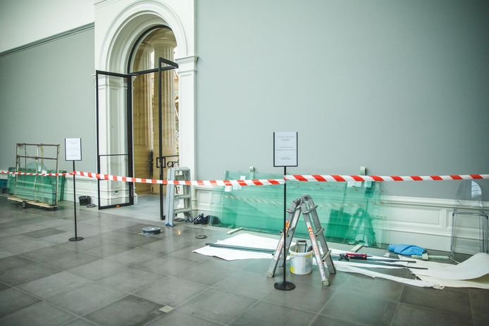 In de binnendeuren van het MSK wordt nu al speciaal glas geplaatst om een geklimatiseerde ruimte voor de tentoonstelling te maken.