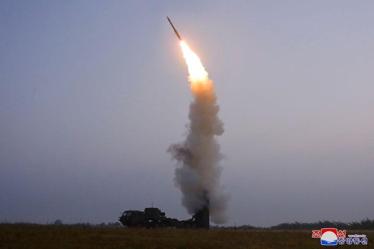Een vrijdag door Noord-Korea afgevuurde luchtafweerraket op een foto die is vrijgegeven door het staatspersbureau KCNA. Beeld KCNA via REUTERS