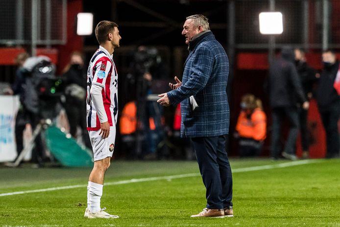 Ron Jans, zaterdag na afloop in gesprek met de door FC Twente aan Willem II verhuurde Lindon Selahi.