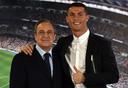 Florentino Perez voor de camera met Cristiano Ronaldo in 2016.