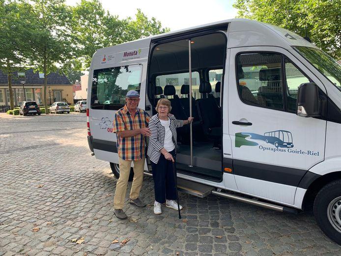 Vrijwilliger Toon Oomen begroet de allereerste passagier van de Opstapbus Goirle-Riel, mevrouw van Gorp