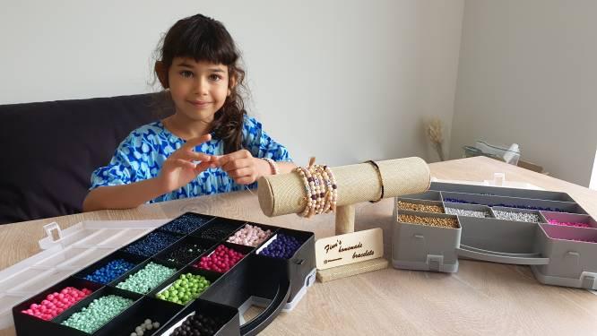 """Finn Rosa (8) wilde 50 armbandjes maken voor het goede doel, maar verkocht er nu al honderden: """"Bestellingen stromen binnen"""""""