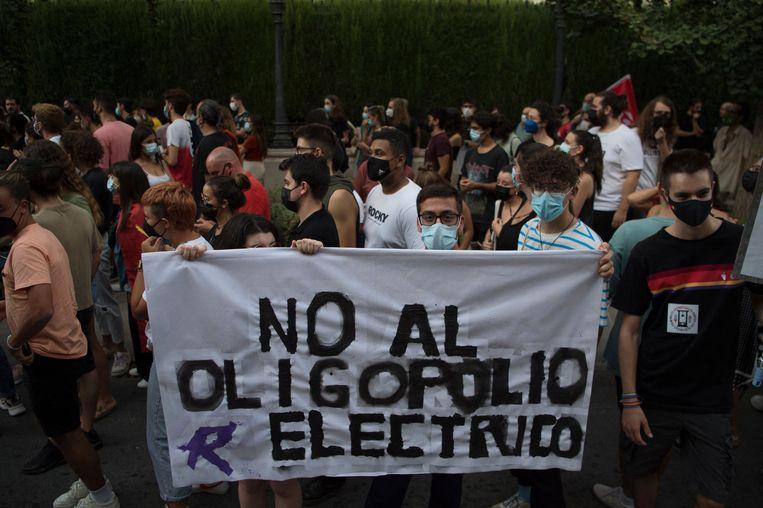 Burgers protesteren tegen de grote stijging van de elektriciteitsrekeningen in Granada, Spanje.   Beeld AFP, Jorge Guerrero