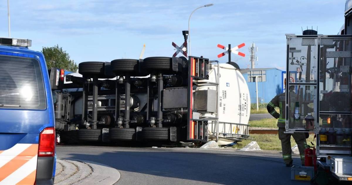 Vrachtwagen gekanteld in haven Vlissingen-Oost.