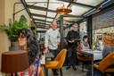 Phivos en Manon Christodoulides zetten recent poppen in het Wapen van Wijchen om te laten zien hoe klanten 'veilig' op anderhalve meter of meer kunnen zitten. Dit in reactie op de coronamaatregelen.