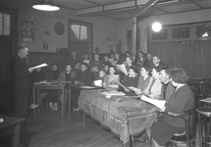 N.C.B. Emigratiecursus in Zeeland (1950). Cursusleider is J. de Bok, hoofd van de ULO in Gemert. Fotobureau Het Zuiden. Collectie BHIC