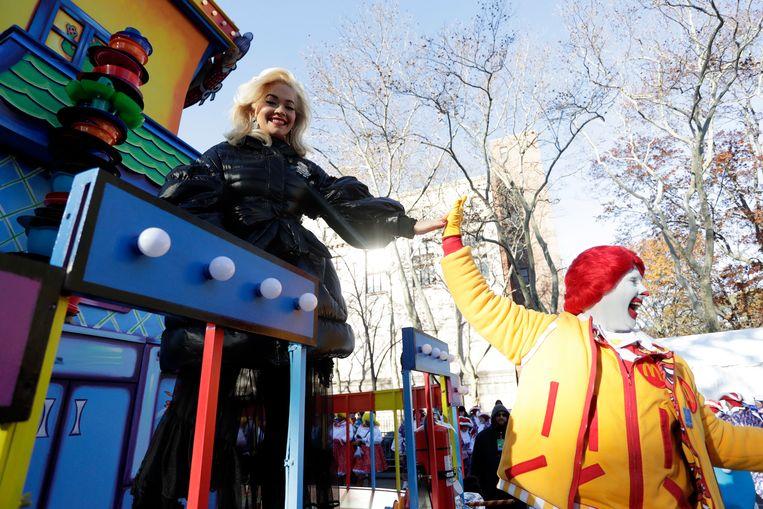 Rita Ora op de traditionele Thanksgiving Parade in New York.