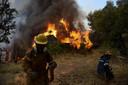 Brandweermannen doen er alles aan om het vuur te blussen.