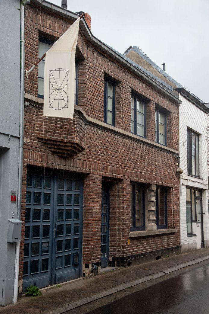 Hekkerstraat 11 wordt een poëzieapotheek. De vlag met alfabet monogram is een taalspelletje.