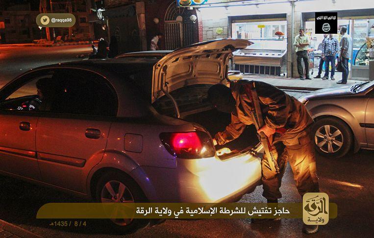 Een checkpoint van de IS-politie in Raqqa in Syrië. Beeld Ibid