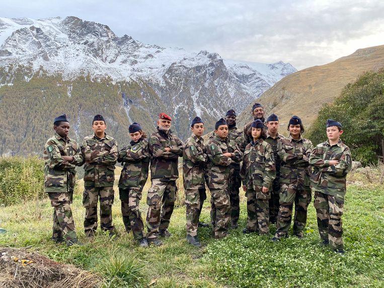 Kapitein Nourouddine Abdoulhoussen (rode baret) met leden van zijn organisatie Laissez-Les Servir. Beeld AP